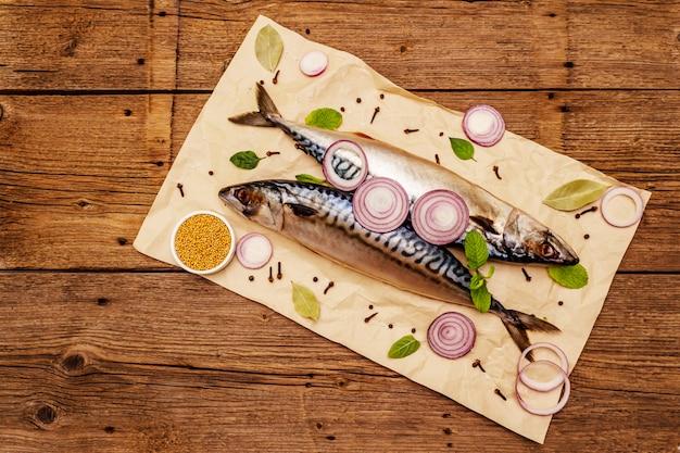 Maquereau entier mariné. poisson salé épicé norvégien traditionnel