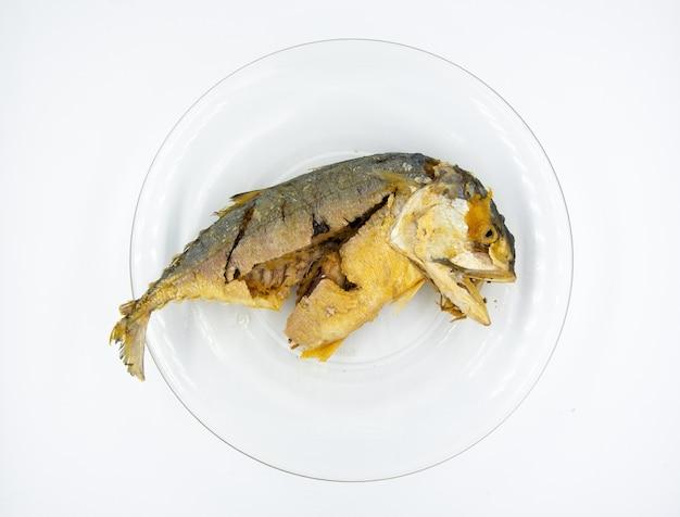 Maquereau frit sur la plaque blanche, poisson frit