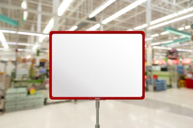 Maquette d'affichage de signe d'affiche de panneau de prix vierge dans un supermarché