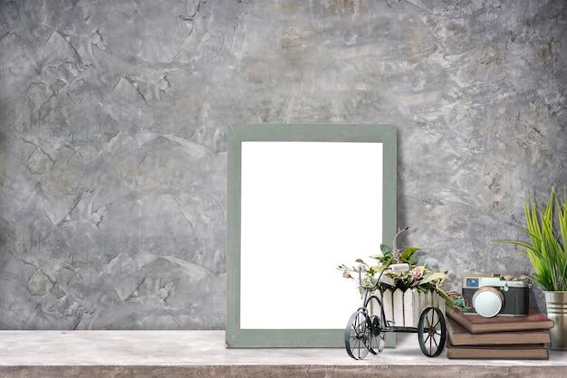 Maquette affiche ou cadre photo et fournitures sur table supérieure en béton