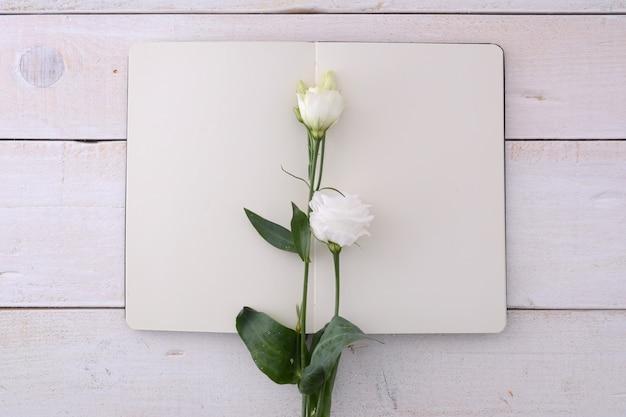 Maquette affiche avec des fleurs
