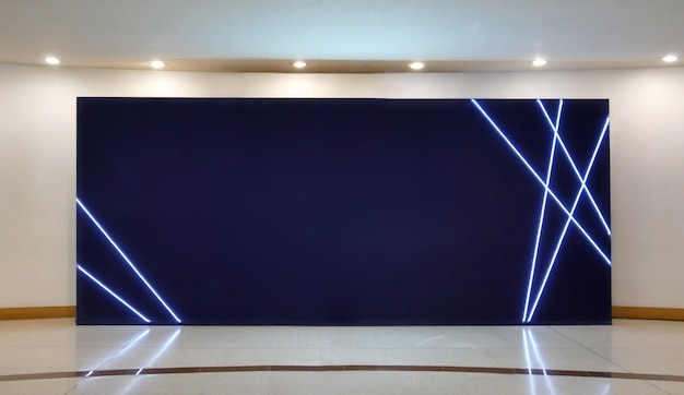 Maquette d'affiches d'écran noir de panneau d'affichage vide dans la galerie moderne, espace ouvert.