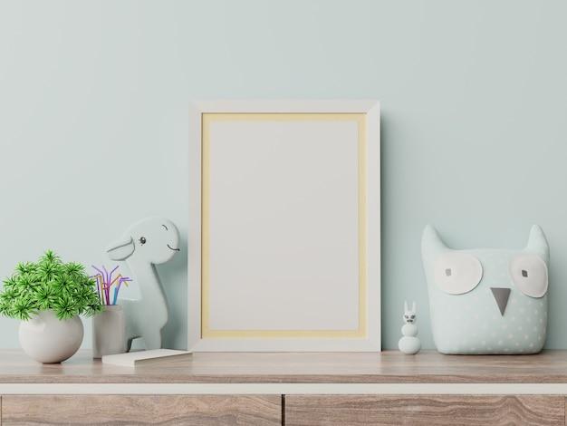 Maquette d'affiches à l'intérieur de la chambre d'enfant, affiches sur un mur bleu vide.