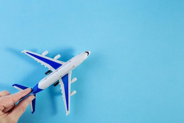 Maquette d'avion, avion sur fond de couleur pastel bleu.