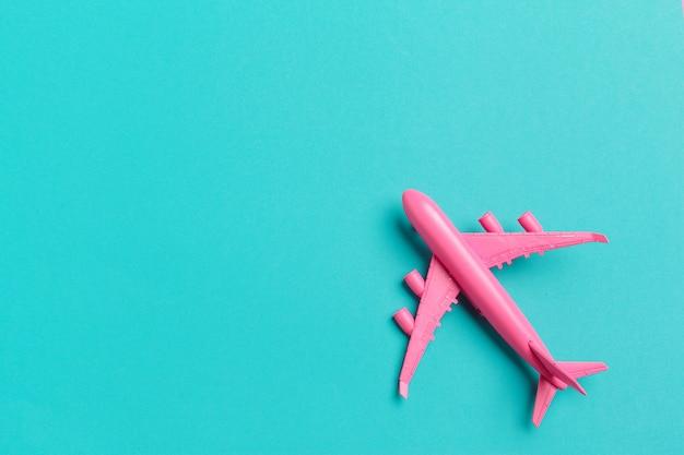 Maquette d'avion, avion sur fond de couleur pastel.