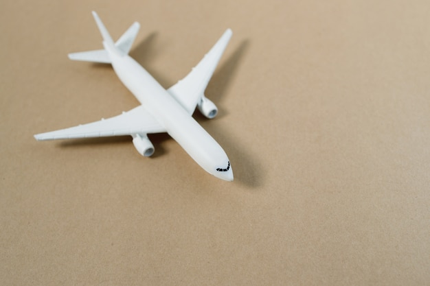 Maquette d'avion, avion sur mur de couleur pastel