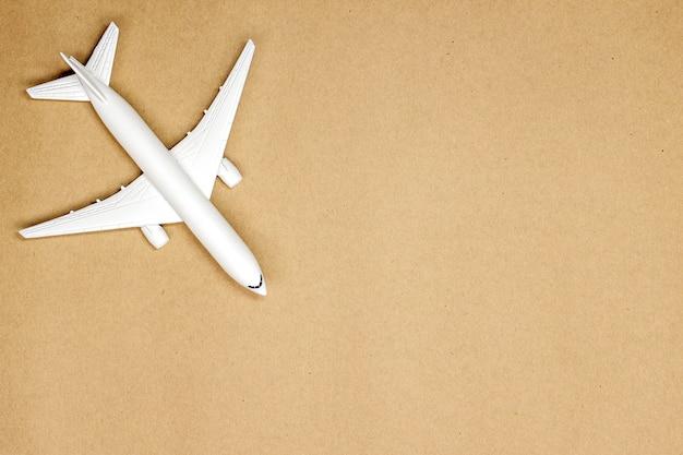 Maquette d'avion sur fond de couleur pastel