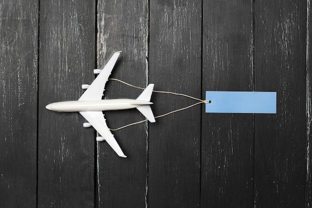 Maquette d'avion sur la table en bois