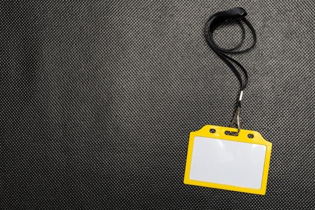 Maquette de badge vierge isolée sur fond noir