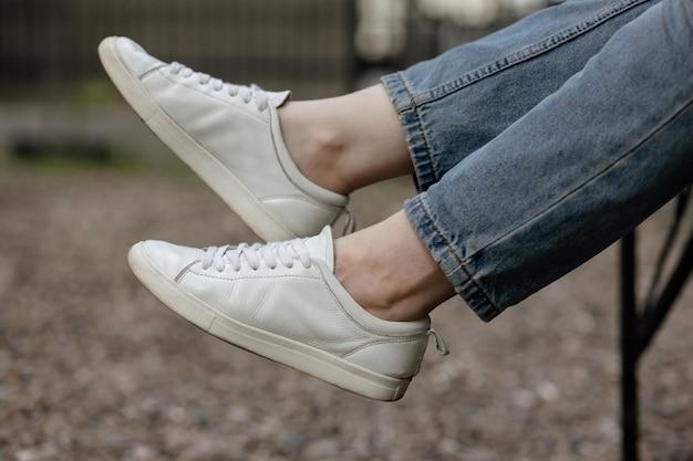 Maquette de baskets. baskets blanches à la mode et confortables.