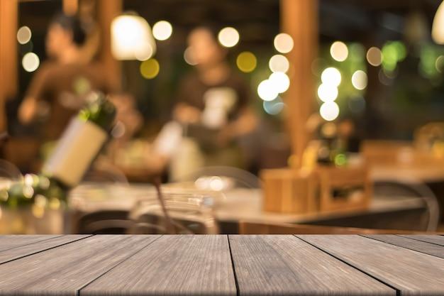 Maquette en bois blanc devant un vin flou dans le fond du restaurant