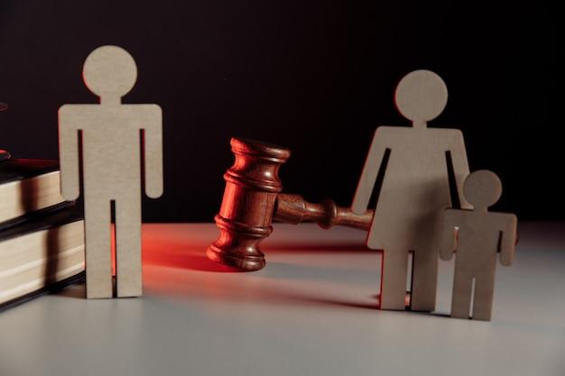 Maquette en bois de couple et marteau de juge. notion de divorce.