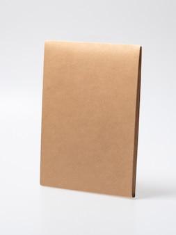 Maquette de boîte artisanale fermée vierge comme emballage jetable avec des matériaux écologiques et recyclables.