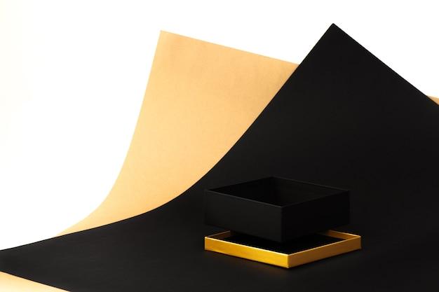 Maquette boîte noire ouverte vide avec un couvercle doré