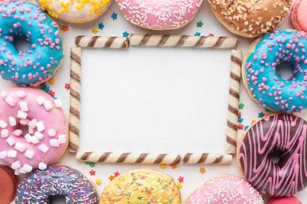Maquette avec des bonbons et des beignets