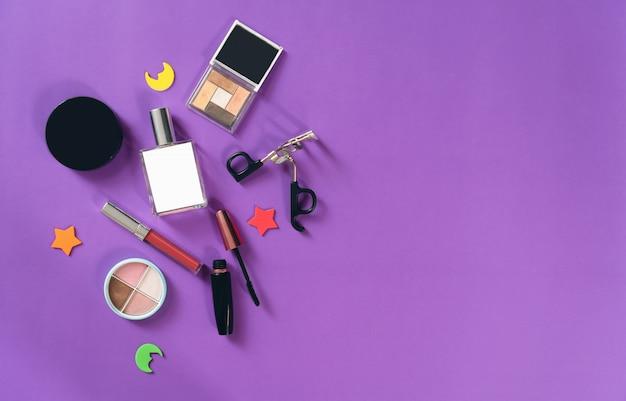 Maquette de bouteille de crème cosmétique, paquet étiquette vierge sur fond pastel. concept de produits de beauté naturels.