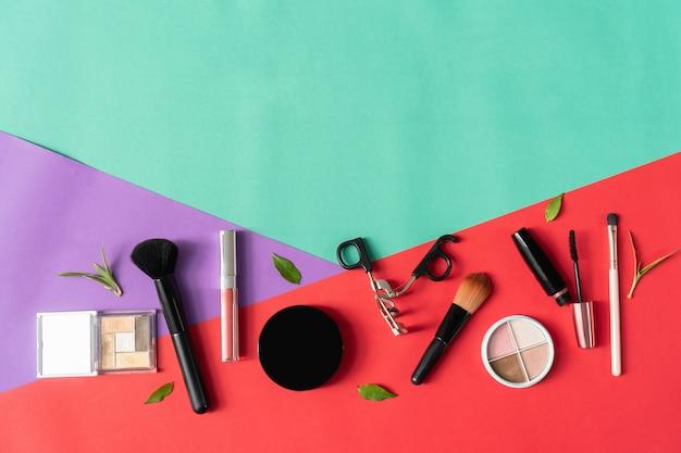Maquette de bouteille de crème cosmétique, paquet étiquette vierge sur fond pastel.