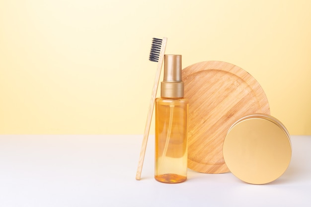 Maquette de bouteille en plastique transparent avec des cosmétiques aux huiles biologiques et un pot de crème naturelle. concept de minimalisme de blog de beauté