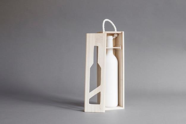 Maquette de bouteille de vin dans une boîte en bois ouverte