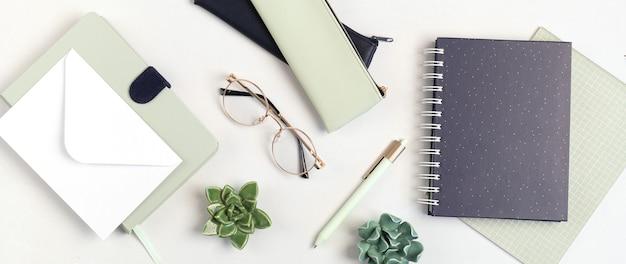 Maquette de bureau minimaliste avec des couleurs organiques stationnaires