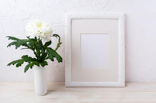 Maquette de cadre blanc avec chrysanthème dans un vase