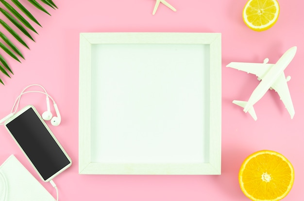 Maquette cadre blanc. concept de voyage d'été plat poser