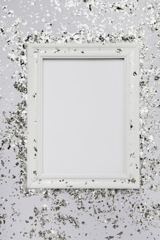 Maquette de cadre blanc avec espace de copie et paillettes