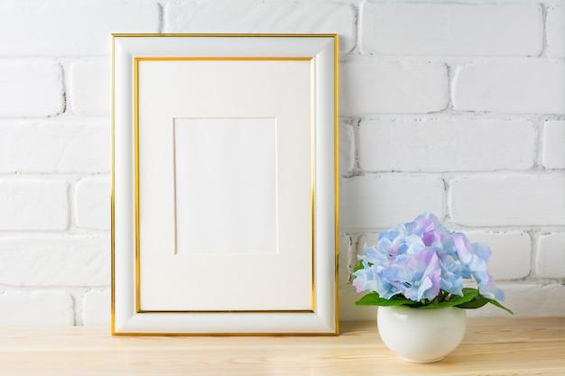 Maquette cadre blanc avec hortensia bleu