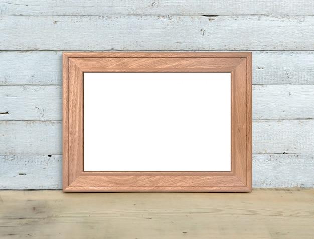 Maquette de cadre en bois ancien a4 horizontal près d'un bouquet de sweet-william se dresse sur une table en bois sur un fond en bois blanc peint. style rustique, beauté simple. rendu 3d.