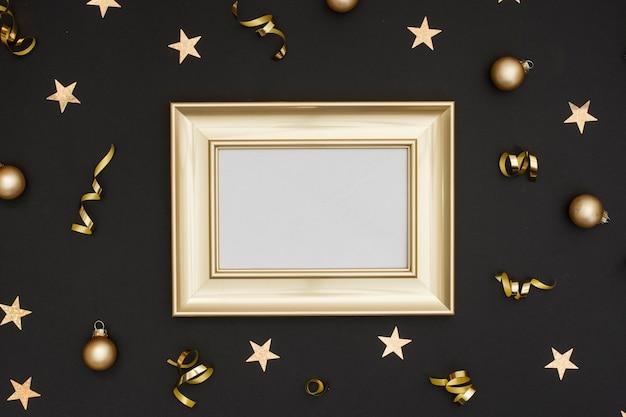 Maquette de cadre avec une décoration de fête du nouvel an