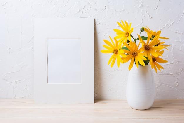 Maquette de cadre mat blanc avec des fleurs de rosarin jaune dans un pichet