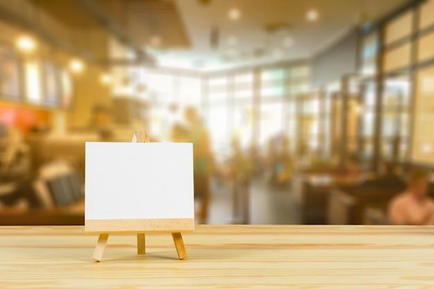Maquette cadre de menu sur la table dans le restaurant bar