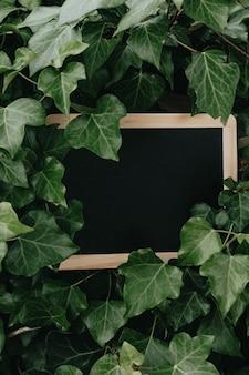 Maquette de cadre noir horizontal. cadre noir minimal sur sol en béton.