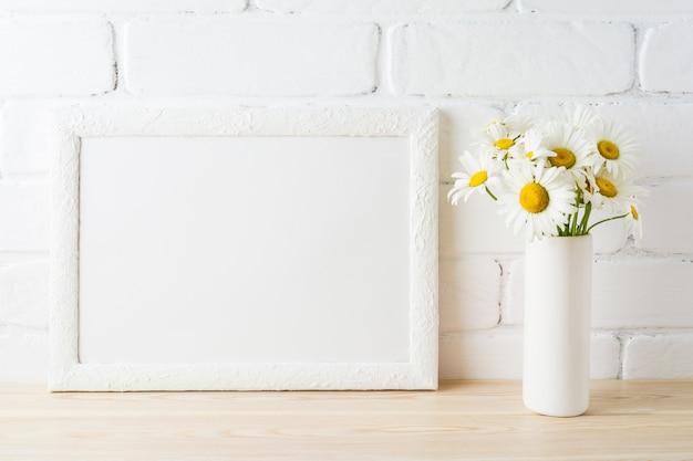 Maquette de cadre de paysage blanc avec fleur de marguerite dans un vase de style