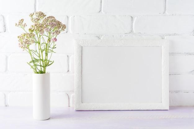 Maquette de cadre de paysage blanc fleurs rose crème dans un vase cylindrique