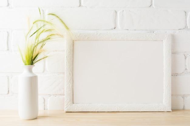 Maquette de cadre de paysage blanc avec des oreilles d'herbe sauvage jaune et verte