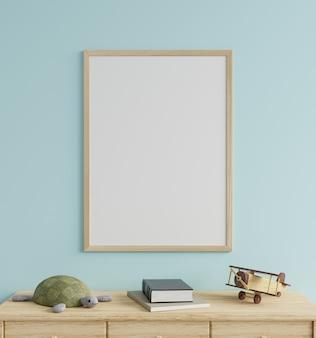 Maquette de cadre photo dans la chambre des enfants sur un mur bleu, décoré d'une poupée tortue et d'un avion en bois sur la table. rendu 3d.