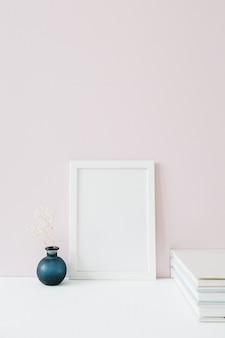 Maquette de cadre photo avec un espace vide sur rose.
