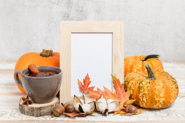 Maquette de cadre photo avec thé et citrouilles