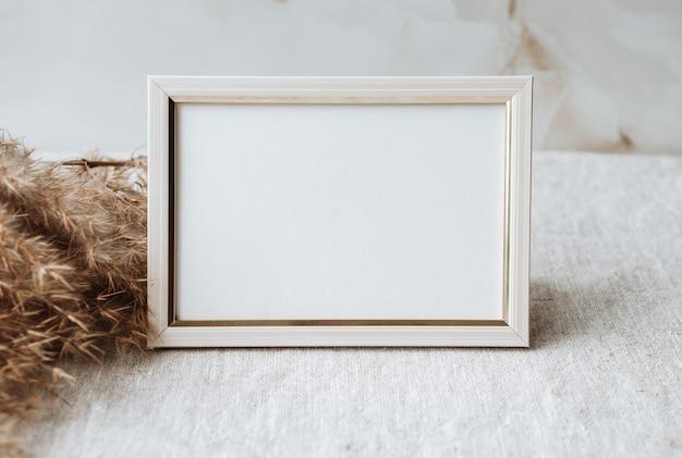 Maquette cadre photo vierge sur table nappe en lin gris tissu fond décor de bureau à domicile