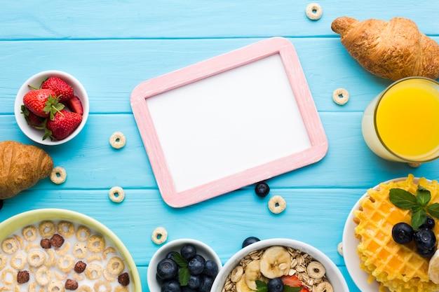 Maquette de cadre plat poser sur la table de petit déjeuner