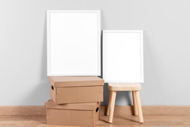Maquette de cadres sur chaise