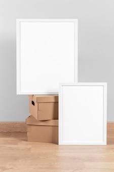 Maquette de cadres à côté de boîtes en carton