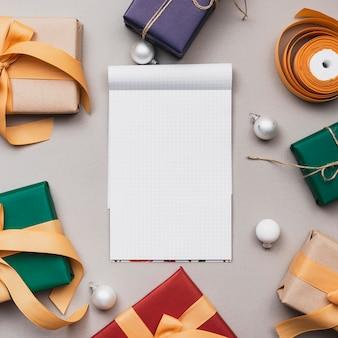 Maquette de cahier avec des cadeaux de noël