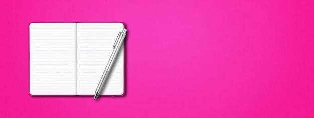 Maquette de cahier doublé ouvert rose avec un stylo