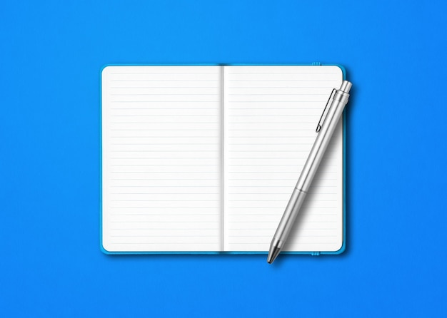 Maquette de cahier à lignes ouvertes cyan avec un stylo