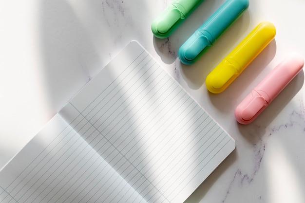Maquette de cahier et marqueurs