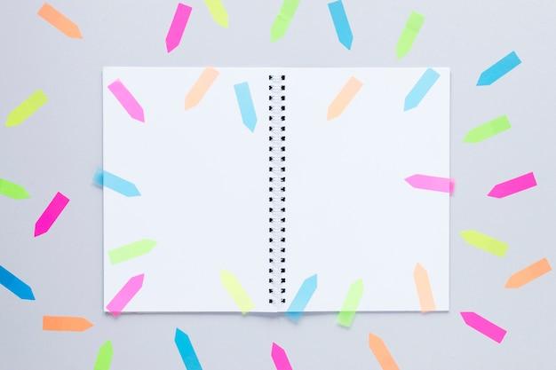 Maquette de cahier vue de dessus avec des flèches colorées