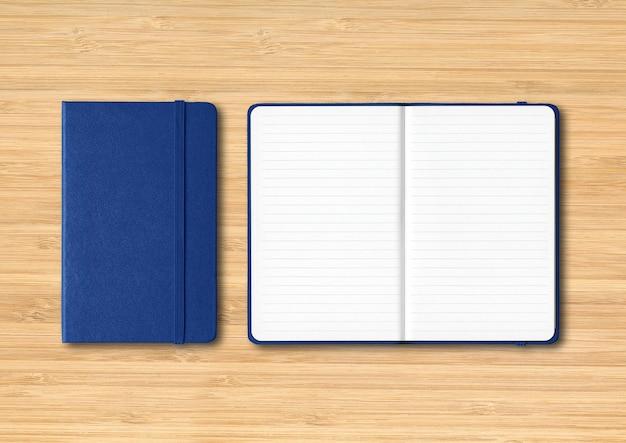 Maquette de cahiers lignés bleu marine fermé et ouvert isolé sur bois