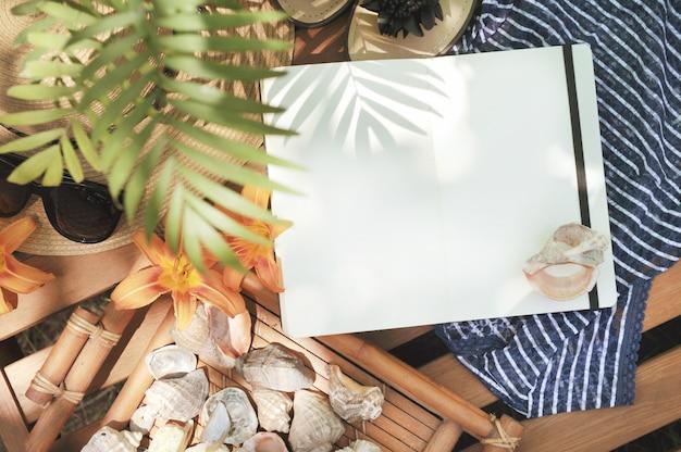 Maquette avec carnet de notes, extérieur